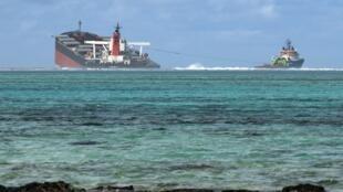 日本散装货轮若潮号(MV Wakashio)于7月25日在毛里求斯东南岸外海触礁搁浅外泄1千多吨重油等燃油至海面上
