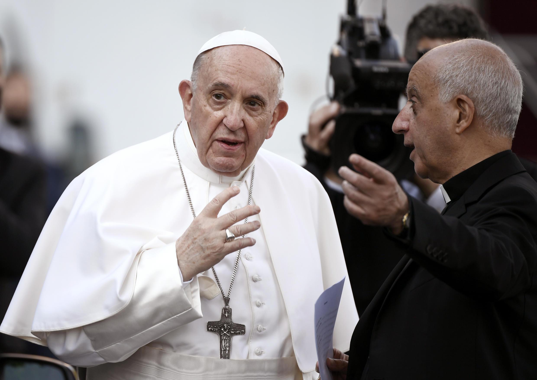 El papa Francisco llega para encabezar la última oración del maratón global de rezo llevado a cabo durante todo el mes de mayo para rogar por el fin de la pandemia del coronavirus, el 31 de mayo de 2021 en los jardines del Vaticano