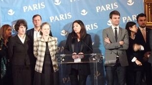 A Presidente da Câmara de Paris, Anne Hidalgo, deseja Feliz Ano Novo à Imprensa