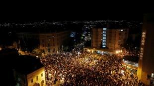 Des dizaines de milliers de personnes étaient rassemblées samedi 1er août à Jérusalem pour protester contre le Premier ministre Netanyahu, soupçonné de corruption.