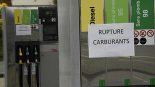 Une affiche dans une station d'essence fermée à Tinteniac, dans l'ouest de la France, le 20 mai 2016.
