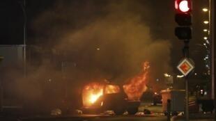 Un automóvil incendiado en Saint-Denis-de-la-Réunion, el 19 de noviembre de 2018.