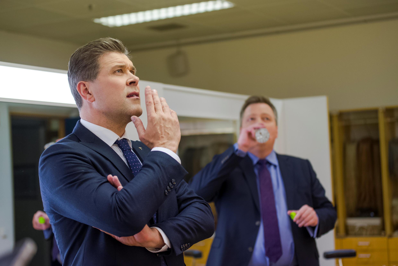 El primer ministro de Islandia Bjarni Benediktsson (i) y líder del partido de la Independencia con Sigmundur David Gunnlaugsson,ex primer ministro y líder del partido de Centro, el 29 de octubre de 2017.