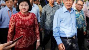 Hun Sen en campagne avec son épouse le 29 juillet 2018.