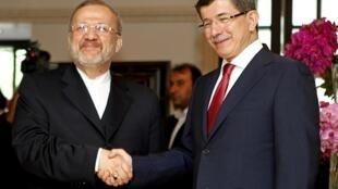 Le ministre iranien des Affaires étrangères Manouchehr Mottaki (g) et son homologue turc Ahmet Davutoglu, à Istanbul, le 25 juillet 2010.