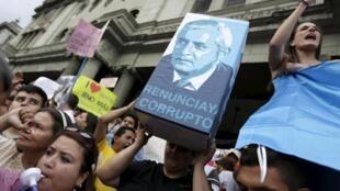 Desde hace varias semanas, miles de guatemaltecos reclaman la renuncia del presidente Otto Pérez por su presunta participación en escándalos de corrupcion. Aqui el 31 de mayo de 2015.