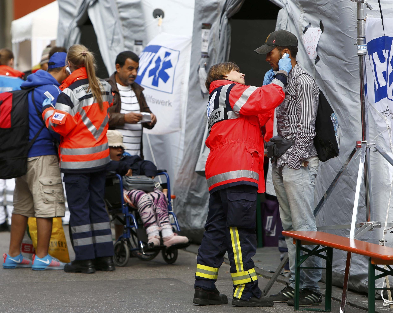 Une inspection médicale de réfugiés, après leur arrivée à la gare de Münich, le 7 septembre 2015.