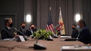 Ngoại trưởng Hoa Kỳ Antony Blinken (T) trao đổi với đồng nhiệm Brunei Erywan Yusof, bên lề cuộc họp ngoại trưởng G7, tại Luân Đôn, Anh Quốc, ngày 03/05/2021.