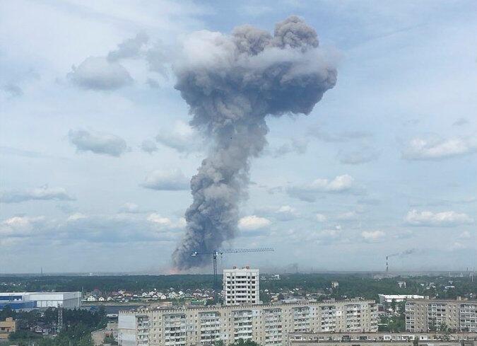 По данным журналистов, взрывная волна выбила стекла в домах в радиусе несколько километров