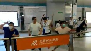Một số người mặc áo trắng, đeo khẩu trang tấn công người biểu tình ở một nhà ga Hồng Kồng, ngày 21/07/2019.