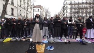 巴黎郊区克利希镇的穆斯林街头祈祷活动资料图片