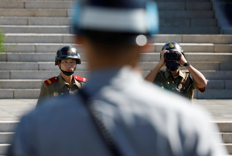 Солдаты Северной и Южной Кореи в деревне Пханмунджом, которая де-факто является границей между двумя странами.