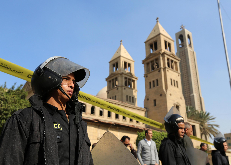 La cathédrale copte orthodoxe Saint-Marc, contigüe à l'église Saint-Pierre et Saint-Paul après l'attentat qui a tué 25 personnes le 11 décembre. L'explosion a eu lieu en pleine célébration de l'office.