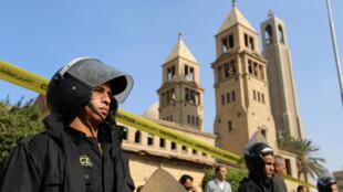 Soldados cercaram a Catedral copta São Marco do Cairo neste domingo (11), após o atentado à bomba durante a missa da manhã.