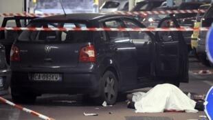 Полицейское оцепление у тела Кассери. Флоренция 13/12/2011