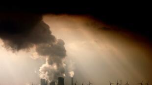 Entre las amenazas clave se cuentan el calentamiento global, las crecientes emisiones de carbono, las prácticas agrícolas insostenibles, la deforestación, la reducción de las fuentes de agua dulce y la pérdida de vida marina