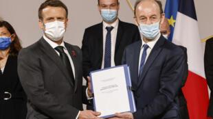 Presidente francês Emmanuel Macron e historiador Vincent Duclert.