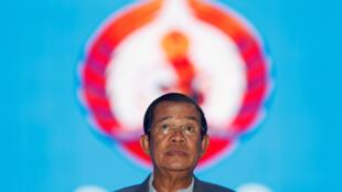 Au pouvoir depuis 33 ans, le Premier ministre Hun Sen est accusé d'utiliser les réseaux sociaux pour identifier des critiques du pouvoir. Ici, à son arrivée au congrès du Parti du peuple cambodgien à Phnom Penh, le 19 janvier 2018.