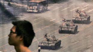 Un homme passe devant une affiche commémorant Tiananmen à Hong Kong, le 4 juin 2009.