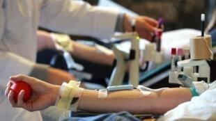 Des personnes donnant leur sang.