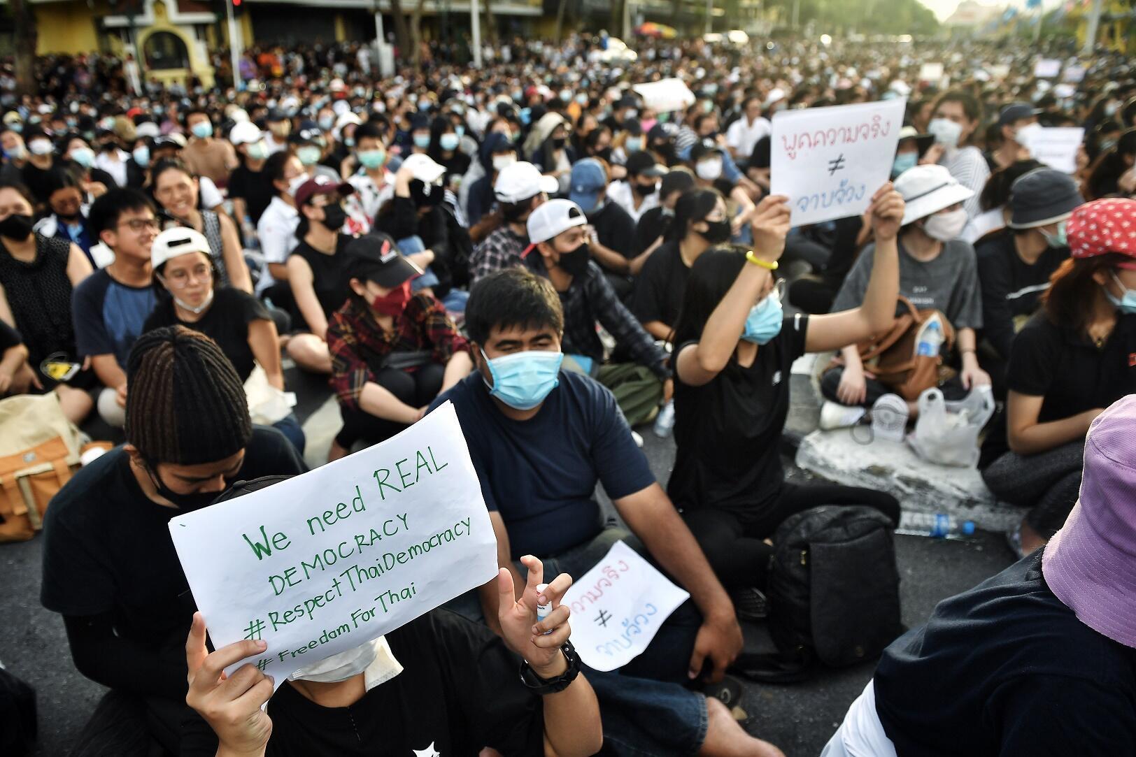 Manifestants anti-gouvernementaux brandissant des pancartes, à Bangkok, le 16 août 2020.