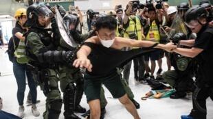 Xung đột đã nổ ra ở Hồng Kông giữa cảnh sát với những người buôn bán bên trong một thương xá ngày 14/07/2019..