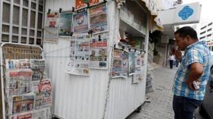 Un kiosque à journaux affichant des images de deux candidats au second tour de l'élection présidentielle tunisienne, à Tunis, le 18 septembre 2019.