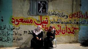 خانواده های کشته شدگان روز جمعه ٣٠ مارس، در انتظار تشییع جنازه