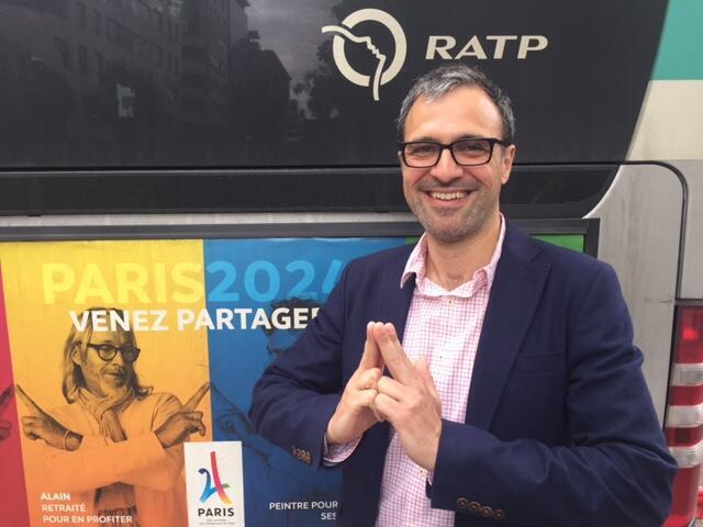O diretor de comunicação da candidatura Paris 2024, Saint-Clair Milesi, faz o gesto que simboliza a campanha da cidade para acolher os Jogos.