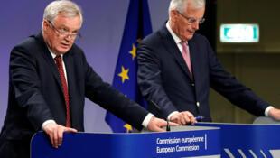 Os negociadores europeu, Michel Barnier e britânico, David Davis, sobre Brexit, a 20 de julho de 2017, em Bruxelas.