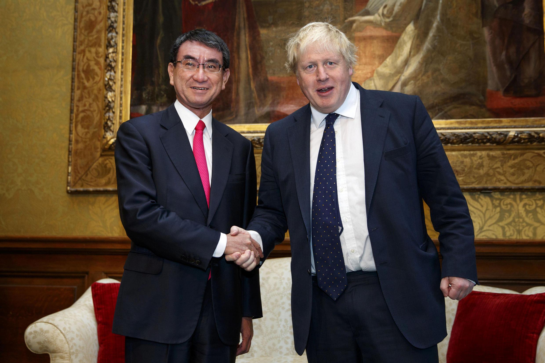 Ngoại trưởng Anh Boris Johnson tiếp đón đồng nhiệm Nhật Bản Taro Kono tại Luân Đôn, ngày 14/12/2017.