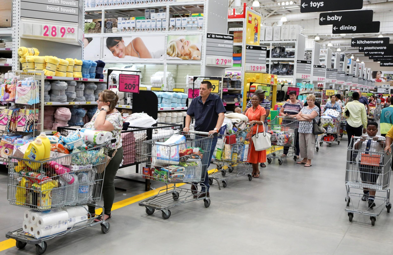 南非約翰內斯堡超市大量購物的市民