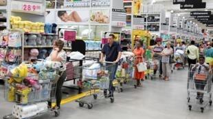 Comme dans les pays les plus durement touchés, les supermarchés de Johannesbourg (Afrique du Sud) ont été largement vidés par des habitants inquiets pour la suite.