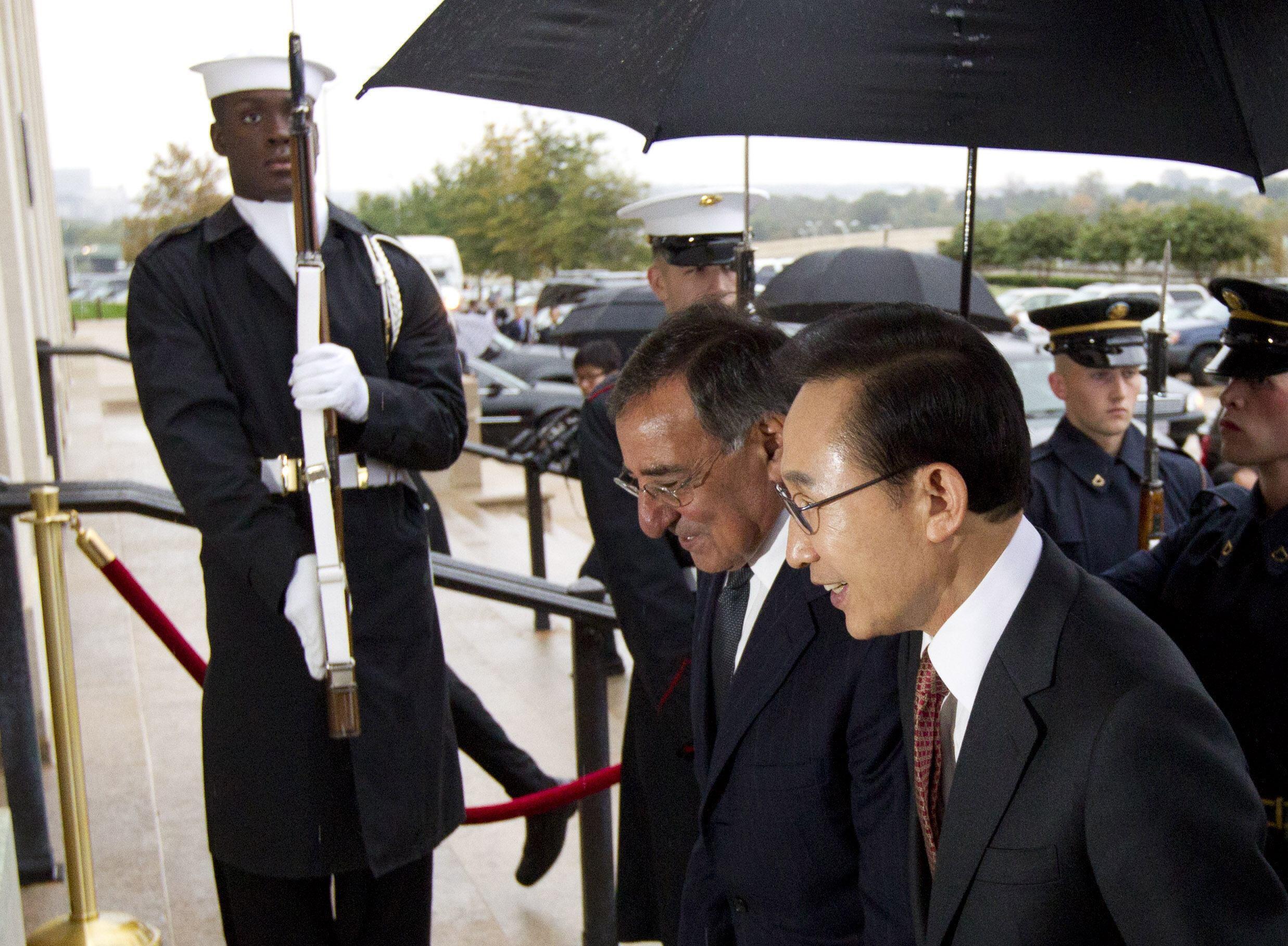 Bộ trưởng Quốc phòng Mỹ L. Panetta và TT Hàn Quốc Lee Myung-Back (Reuters)