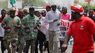 Shugaban kungiyar kwadago ta NLC a Najeriya Ayuba Philibus Wabba ke jagorancin mambobin kungiyar yayin wata zanga-zanga a Abuja.