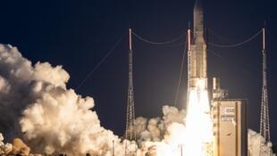 បារាំងប្រកាសបង្កើតកម្មវិធីអវកាសយោធា។ រូបថតតំណាង កាំជ្រួច Ariane 5។