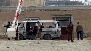 نیروهای امنیتی افغانستان، در حال بررسی محل وقوع حمله انتحاری در کابل. چهارشنبه ۹ آبان/ ٣١ اکتبر ٢٠۱٨