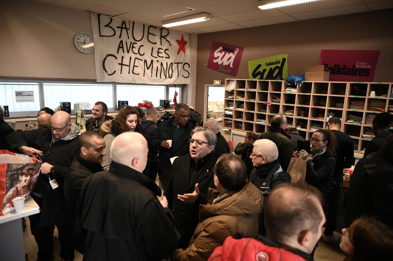 Ông Jean-Luc Melenchon (G) nói chuyện với các nhân viên đường sắt đình công, nhân lễ Giáng Sinh tại nhà ga Lyon, Paris, ngày 24/12/2019