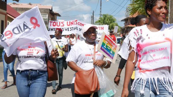 Les militants de la lutte contre le VIH dans l'Ouest guyanais défilent dans les rues de Saint-Laurent-du-Maroni, le 30 novembre 2019.
