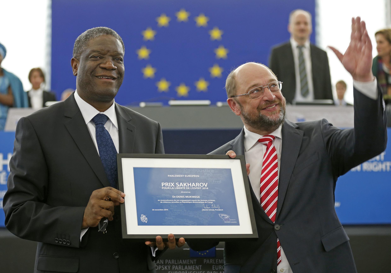 El médico congoleño Denis Mukwege recibiendo el premio Sajarov de manos del presidente del Parlamento europeo, Martin Schulz, 26 de noviembre.
