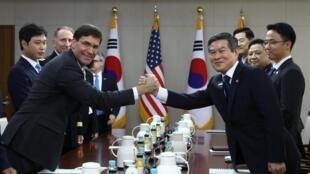 Bộ trưởng Quốc Phòng Mỹ Mark Esper (T) và đồng nhiệm Hàn Quốc Jeong Kyeong-doo trong cuộc họp tại Seoul, Hàn Quốc, ngày 09/08/2019.