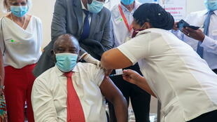 Le président sud-africain Cyril Ramaphosa reçoit une première dose du vaccin Johnson et Johnson à l'hôpital de Khayelitsha près du Cap, le 17 février 2021.