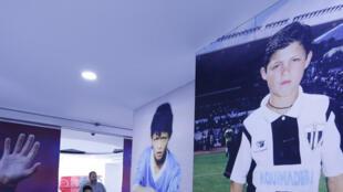 Des portraits géants de Cristiano Ronaldo, à toutes les époques de sa carrière, jalonnent le musée.