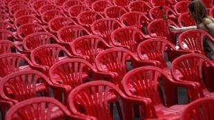 Para recordar a las víctimas del sitio de Sarajevo, se colocaron 11.541 sillas rojas en la calle Titova y un recital fue organizado en su honor, este 6 de abril de 2012.