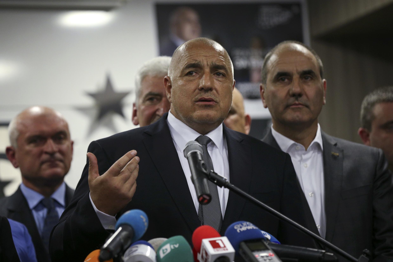 Cựu tổng thống Bulgari thuộc phe trung hữu GERB, Boiko Borisov (giữa), phát biểu trước báo chí tại Sofia sau cuộc bầu cử Quốc Hội ngày 26/03/2017.