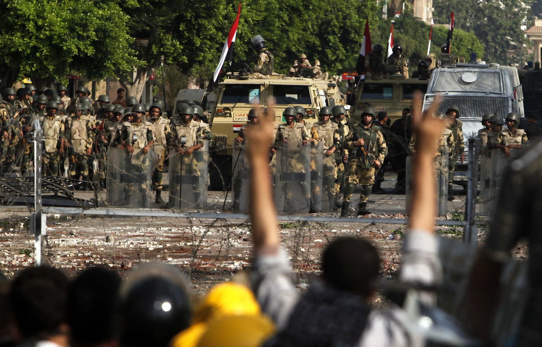 Quân đội canh gác gần trụ sở Vệ binh Cộng hòa tại Cairo, nơi số người chết vì bạo động lên tới 42 người ngày 08/07/2013.