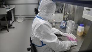 Un chercheur au travail, à la recherche du nouveau type de coronavirus à l'Institut Pasteur, à Paris. Le 28 janvier 2020.