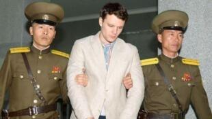 图为北朝鲜指控偷窃宣传标语的美国大学生瓦姆比尔被朝鲜警察押上最高法院,瓦姆比尔遭判监禁15年