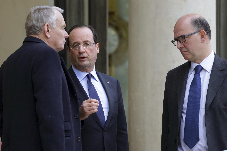 Tử trái sang phải : Thủ tướng Pháp Jean-Marc Ayrault, Tổng thống François Hollande và Bộ trưởng Kinh tế Pháp Pierre Moscovici. Ảnh chụp tại điện  Elysée, ngày 04/01/ 2013.