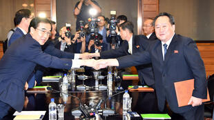 O ministro da Unificação da Coréia do Sul, Cho Myoung-gyon, cumprimenta seu homólogo norte-coreano Ri Son Gwon, depois de reunião na zona desmilitarizada de Panmunjom.